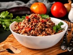 Варена елда с пиперки, чесън, гъби и червено вино – бърза рецепта - снимка на рецептата